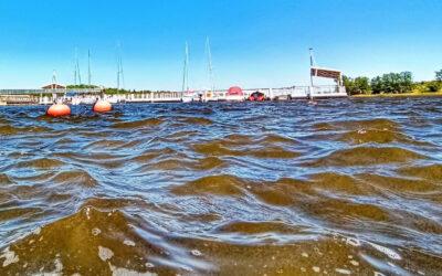 Na Jezioraku znaleziono łódź motorową kabinową FJORD. Biuro Rzeczy Znalezionych wzywa właściciela do odbioru
